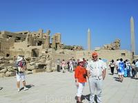 на фоне руин храма