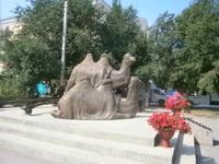 аХтубинск.  Памятник  верблюдам Машке и Мишке. Героям ВОВ. Эти животные использовались как  тягловые  во время войны.  И вот два таких милых трудяги Машка ...