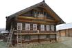 Со всех районов области в деревню были привезены старинные дома и хозяйственные постройки , которые имеют историческую и художественную ценность.