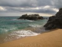 playa de Sa Boadella (он считается официальным нудистким пляжем, но по факту - он смешанный)