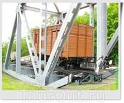 Имитация взорванного железнодорожного моста с вагоном-теплушкой (СССР).