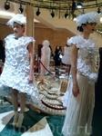 Платья - плод фантазии молодого узбекского дизайнера. Оно сделаны из бумаги! Очень стильно, правда? Только, наверное, в таком платье чувствуешь себя Золушкой ...