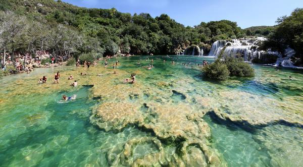 Водопады Крка особенно интересны тем, что в них можно купаться.