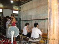 Албанские женщины без дела не сидят. Даже на рынке.