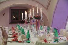 Новогодний стол для взрослых  в замке (рядом расположен отдельно стол для детей)