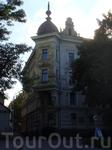 по пути к замку увидели это здание: В этом здании в 1945-1998 годах располагался штаб 30 гвардейского армейского общевойскового краснознаменного ленинградского ...