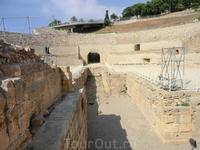 Такие же помещения были и ниже уровня сцены, покрытие деревянным настилом. Там же был небольшой храм Немезиды - покровительницы гладиаторов. С двух сторон ...