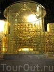 Иерусалим, Золотая Храмовая Менора. В честь этого чуда евреи в течение восьми дней празднуют Хануку, и зажигают в специальном подсвечнике, который называется ...