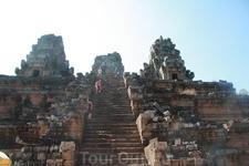 Взобраться на вершину этого храма было действительно тяжело! Фото отражает только одну четвёртую часть пройденного пути. Ступеньки почти отвесные, карабкаться ...