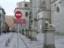 Город ждал и мы не стали задерживаться во дворце, вышли на площадь и, конечно, полюбовались строем забавных львов, которые окружают кафедральный собор ...