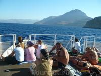 Поездка на кораблике до острова занимает около 1 часа.