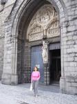Главный вход в Церковь Богоматери.