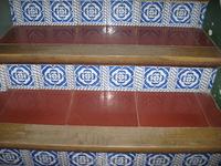 Традиционная для Каталонии мозаика на лестнице, таких мы встретили за всю поездку немало.