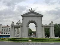 La Puerta de San Vicente - старые северные ворота города. Они были построены знаменитым Francesco Sabatini в 1770 - 1775 годах. Потом в 1892 году их частично разрушили. В 1990 году мэрия Мадрида решил