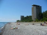 Пляж в Пицунде. Санатории как были в 80-е, так и остались.. Людей мало, вода - как хрусталь!!