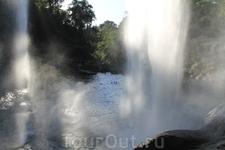 В небольшой пещерке за водопадом прошлась и вдоволь нафотографировала его.