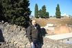 На фоне амфитеатра