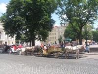 Площадь перед оперным театром.