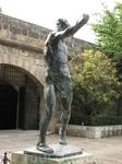Памятник майоркинцу - метателю камней. Гор. сад в Пальма-де-Майорка под стенами Кафедрального собора.