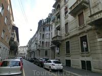 Типичная миланская улица - много домов, мало зелени.