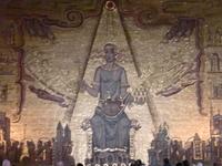 """Доминирующей в Золотом зале на заднем плане является """"Королева Меларен"""",символизирующая Стокгольм и приветствуемая Востоком и Западом."""