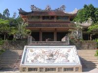 Пагода Лонгшон (также известная как Пагода Тинь Хой Кхань Хоа и Пагода Нам Фат Хок Хой) - самая известная пагода в провинции Кхань Хоа