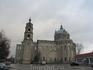 Троицкая церковь - гигантский белокаменный двухсветный храм с колокольней.