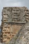 Стиль Пуук. Фасад зданий никак не декорирован внизу и богато украшен вверху.