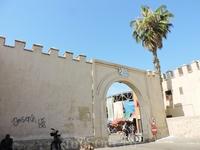 На рынок ведут несколько ворот, каждые из которых приводят покупателей к разным секциям. Например, ворота №6 наиболее популярны среди туристов, ведь там ...
