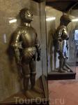 В галерее, идущей поверху домиков открыта выставка рыцарских доспехов, тут же можно пострелять из арбалета.