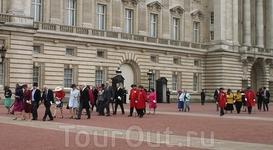 Из Букингемского дворца выходила длинная процессия. Дамы все были в шляпах, мужчины - кто во фраках, кто в военной форме, кто просто в костюме. Учитывая ...