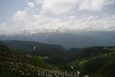Видны три природные зоны - хвойный лесов, альпийских лугов и зона вечных снегов