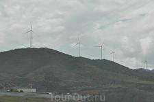 ...и реальные ветряки. Очень много в Испании, особенно в этой её части, альтернативных источников энергии,- ветрогенераторов и солнечных батарей.