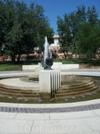 Интересные фигурки рядом с фонтанами