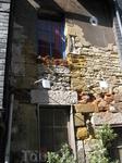 часть дома XII века; фасады домов были  разрисованы художниками Бодэн,Курбе,К.Моне.