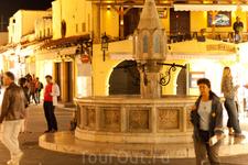 Главная площадь Старого города вечером оживает в подсветке, бесконечном числе туристов и греков, зазывающих на ужин в кафе.
