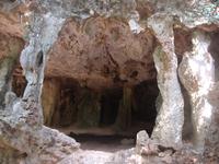 тропа к Пра Нанг через скалу с пещерами