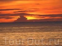 Говорят, что на Джимбаране самые красивые закаты... Все это чушь, бывают и красивее. А фотка вроде ничего.