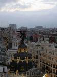 Ангел на знаменитом здании Метрополис, распростерла крылья над городом, как-будто оберегая его и охраняя.