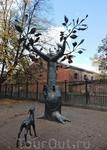 Дерево желаний. Туристы подходили к нему, шептали свои желание в огромное ухо и гладили олененка
