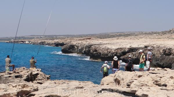 скалистый берег.... негде спуститься к воде... волны бьются о камни так, что мысли спуститься не остается... приятные глазу два рыбака... надеюсь - киприоты :)