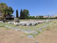 Вот наконец был найден храм Аполлона Дафнефора. К сожалению, от него мало что осталось. А был это дорический периптер 6 х 14 колонн, построенный как копия ...