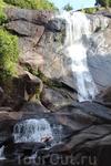 Мы недолго думая решили посмотреть где водопад берет свое начало. Вначеле мы шли по бетонным дорожкам, потом по тропинкам среди джунглей.