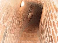 Узкая лесенка для подъема на башню Турайского замка