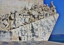 Монумент Первооткрывателям. Этот монумент посвящен Великим Географическим Открытиям Португалии.По обе стороны от каменного паруса к носу судна восходят фигуры мореплавателей, ученых, картографов, купц