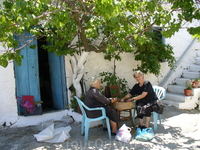 Обычное занятие женщин на Крите(шелушат фасоль)
