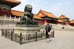 С одним из многочисленных львов охраняющих вход в императорские постройки