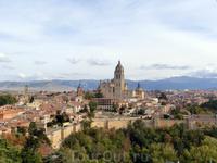 Вид на город с башни Алькасара. Над городом возвышается колокольня собора, левее видна колокольня iglesia de San Andres и еще левее - de San Esteban.