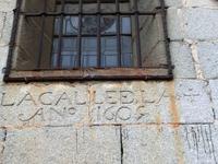 На одной из стен собора остался один из первых уличных указателей - Calle de le Cruz, año 1609 (улица Креста, год 1609). UPD: Прочитала, что второе название ...