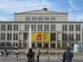 Здание оперы Лейпцига, а перед ним фонтан. Фасад здания выходит на Площадь Августа (Augustusplatz), это также центр города